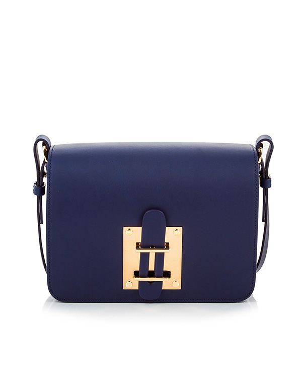 сумка из гладкой кожи на ремешке, дополнена металлической фурнитурой артикул BG199LE марки Sophie Hulme купить за 38600 руб.