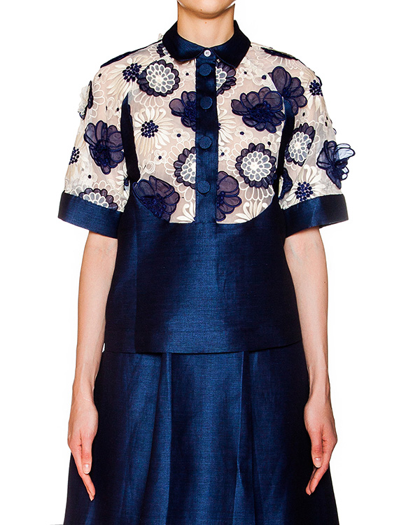 блуза из плотного льна и хлопка, декорирована вставкой из полупрозрачной органзы и аппликациями в виде цветов артикул CP6CA0501 марки Simona Corsellini купить за 12200 руб.