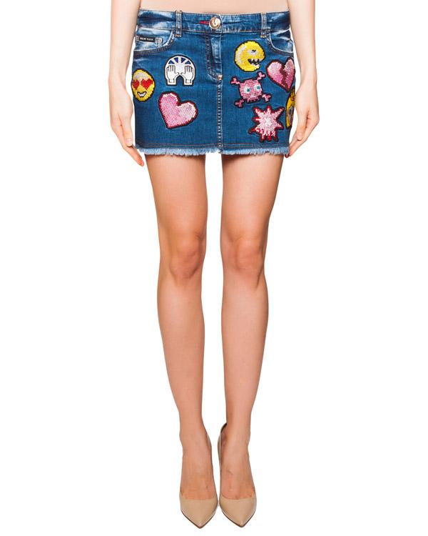 юбка из денима, декорирована вышитыми смайлами и стразами артикул CW560637 марки PHILIPP PLEIN купить за 44300 руб.