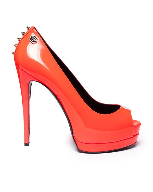 туфли из лаковой кожи кислотного цвета на высоком каблуке, декорированы металлическими шипами артикул SW020891 марки PHILIPP PLEIN купить за 69900 руб.