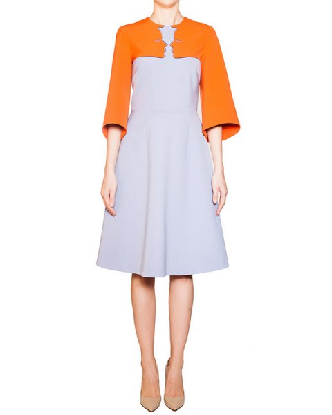 платье из плотной полушерстяной ткани контрастного цвета, украшено вышивкой в виде женских профилей артикул 54VP525 марки VIVETTA купить за 23800 руб.