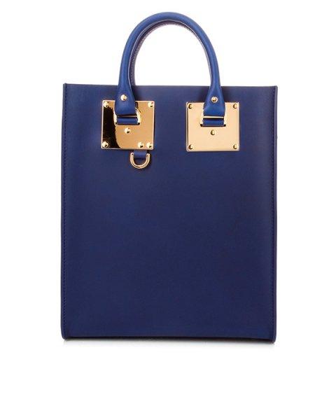 сумка из плотной матовой кожи с металлической фурнитурой артикул BG026LE марки Sophie Hulme купить за 68800 руб.