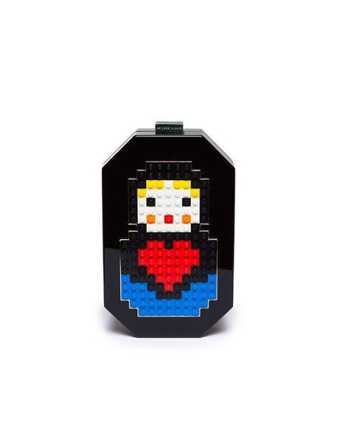 клатч из плексигласа, декорирован матрешкой из деталей Lego артикул JNB-P1 марки Les petits joueurs купить за 52000 руб.