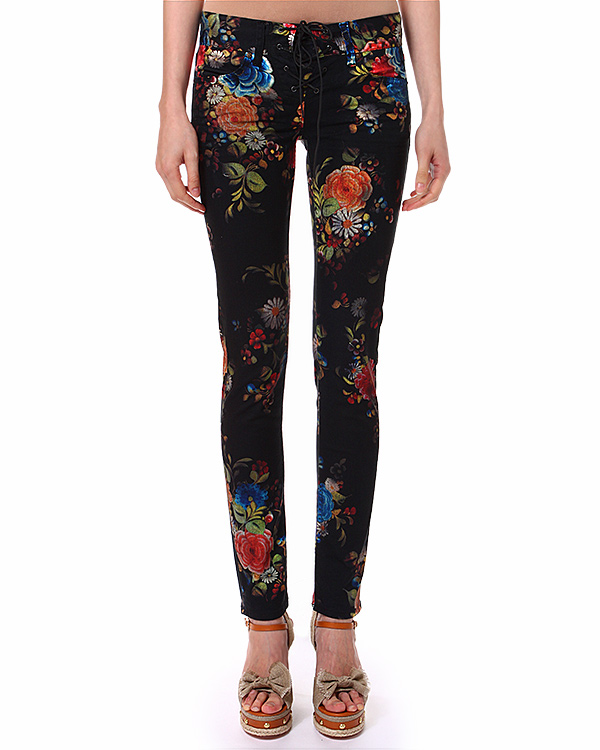 джинсы с цветочным орнаментом в стиле