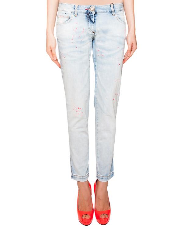 джинсы прямого кроя декорированы брызгами краски кислотно-розового цвета артикул CW600148 марки PHILIPP PLEIN купить за 26000 руб.