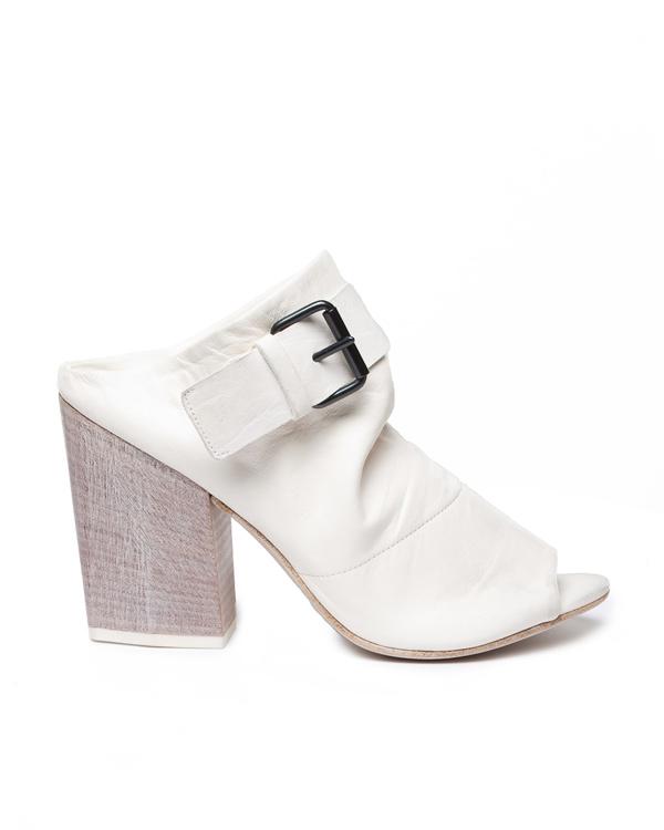 Marsell из натуральной кожи с открытым мысом на толстом наборном каблуке, декорированы ремешком артикул  марки Marsell купить за 9900 руб.