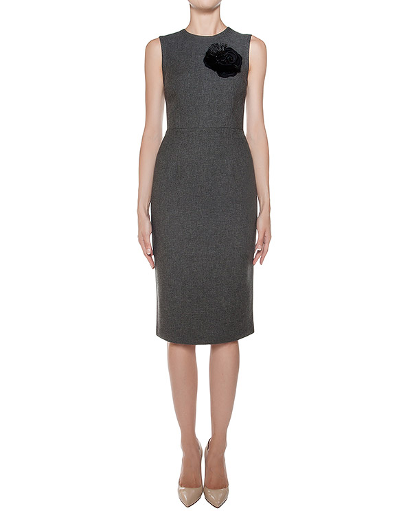 платье футляр из плотного трикотажа, украшено нашивкой в виде цветка артикул RYAN721025Z марки P.A.R.O.S.H. купить за 12700 руб.